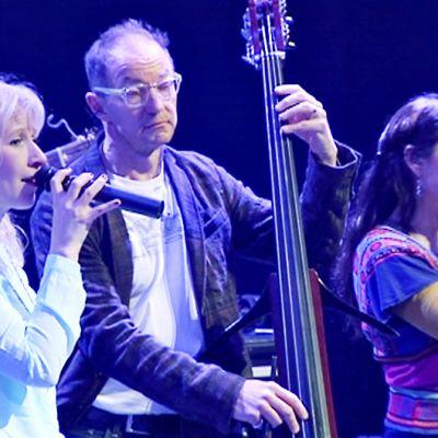 Värttinä-trion kaksi laulajaa sekä osa taustabändistä.