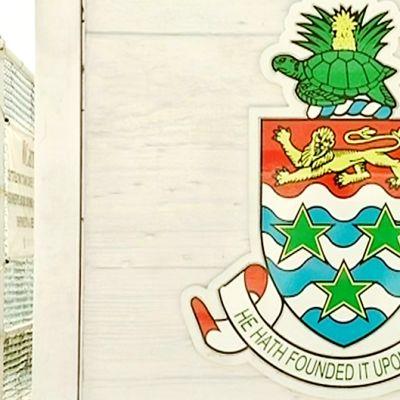 Vaakuna, jonka yläpuolella oleva teksti toivottaa matkailijan tervetulleeksi Cayman-saarille.