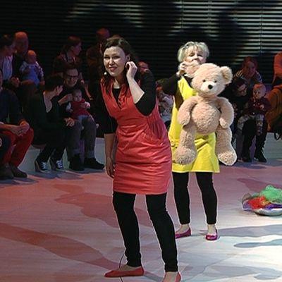 Lapsia vanhempineen sekä esiintyjiä Helsingin kaupunginorkesterin kummilapsikonsertissa Musiikkitalossa.