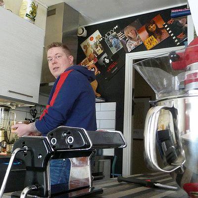 Teijo Salonpää keittiössään