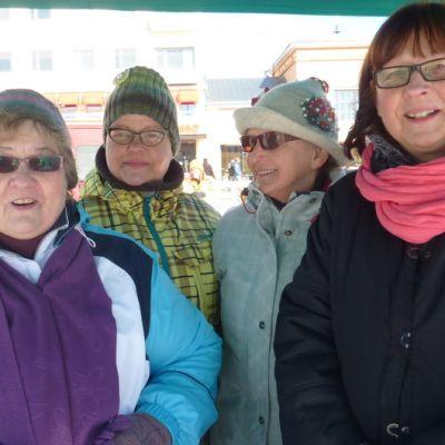 Otavan Marttojen Ritva Savilampi, Maija Kajamäki, Pirjo Mesiäinen ja Mirja Matilainen myivät mikkeliläisille torilla marttamämmiä, rahkapullia ja mämmileipää.