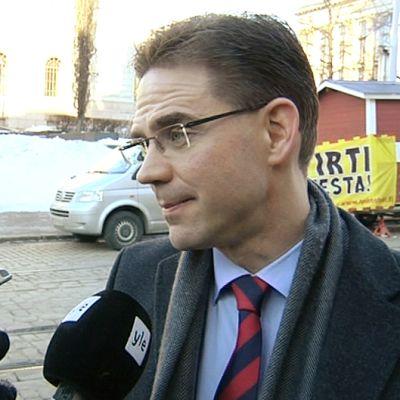 Pääministeri Jyrki Katainen puhuu toimittajille Säätytalon ulkopuolella.
