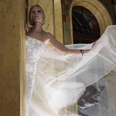Malli yllään muotisuunnittelija Teemu Muurimäen suunnittelema mekko.