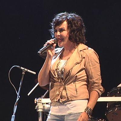 Paula Koivuniemi laulaa.