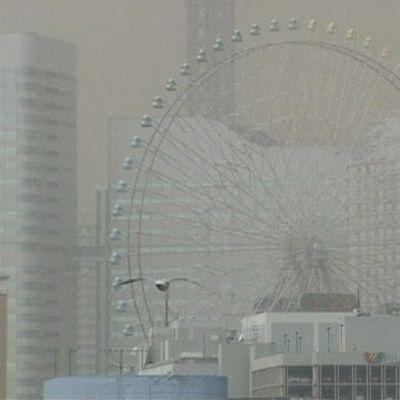 Maailmanpyörä ja taloja hiekkamyrskyssä.