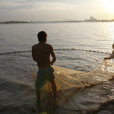 Kambodzalaiset kalastajat verkkojensa kanssa Mekong-joella.