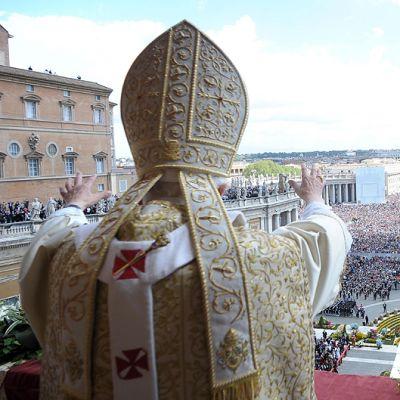 Paavi Benedictus XVI tervehtii Vatikaanin Pietarinkirkon edustalle kokoontuneita pyhiinvaeltajia.