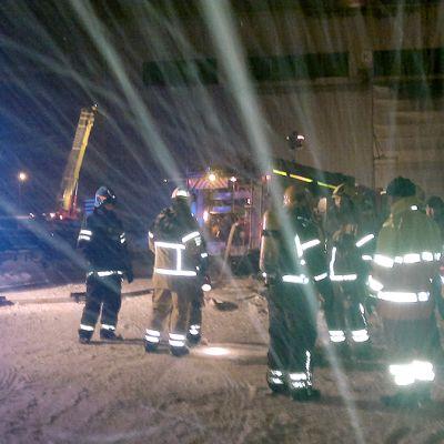 Palomiehiä valmistautumassa tulipalon sammutukseen Kuusakoski oy:n pihalla.