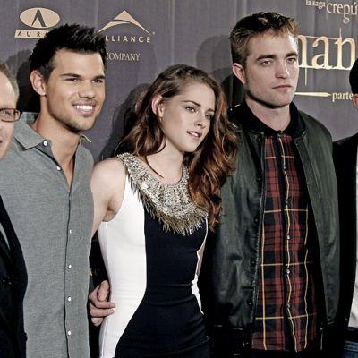 Twilight 2 - Aamunkoi 2 -elokuvan kastia ensi-illan punaisella matolla poseeraamassa.