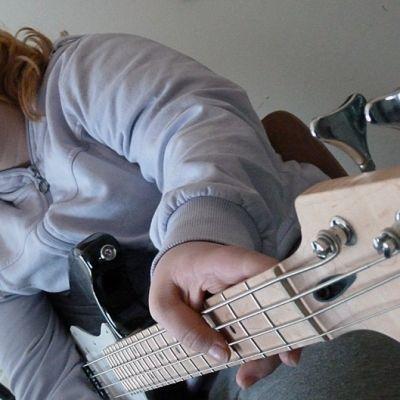 Kaakamon koulun bändikerhon basisti