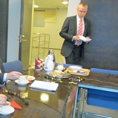 Ismo Soukola, Johannes Koskinen ja Timo Heinonen valmistautumassa politiikan puhemyllyyn eduskunnassa
