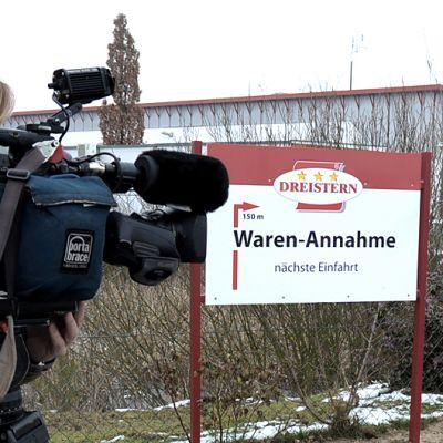TV-ryhmä kuvaa Dreistern tehdasta.