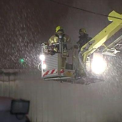 Palomiehiä nostolavalla sammuttamassa paloa.