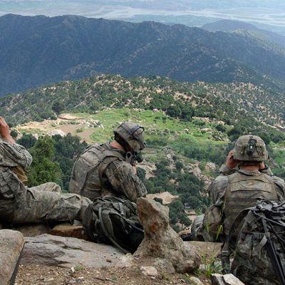 Sotilaat tarkkailevat maastoa.