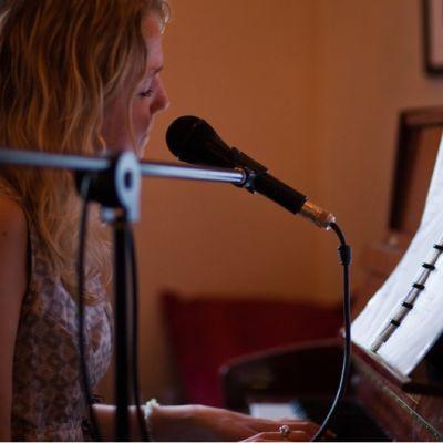 Nainen soittaa pianoa.