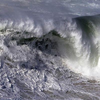 Yhdysvaltalainen surffari Garret McNamara surffaamassa Nazaren kaupungin edustalla.