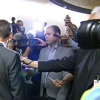 Pääministeri Jyrki Katainen toimittajien ja kuvaajien ympäröimänä ennen Suuren valiokunnan kokousta.