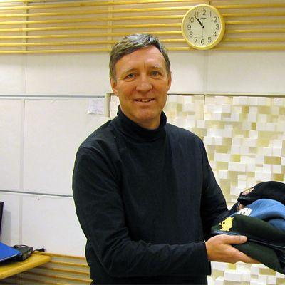 Heikki Joukasen käsissä kolme eriväristä rauhanturvaajien barettia: oliivinvärinen, sininen ja musta