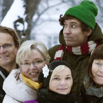 Palkitut ryhmäkuvassa. Vasemmalta oikealle Reijo Markku, Maiju Ahlgrén, Päivi Meuronen, Outi Leinonen, Salla Härkki ja keskellä Kasper Strömman.