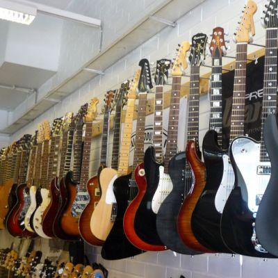 Kitaroita soitinkaupassa.