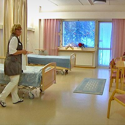 Sairaanhoitaja Paula Holmela esittelee huonetta Pirkanmaan Hoitokodissa