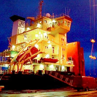 Thor Liberty -alusta lastattiin Kotkan Mussalon satamassa torstaina.