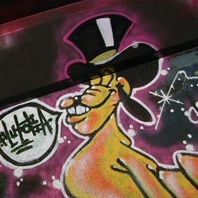 Graffiti alikulkutunnelin seinässä.