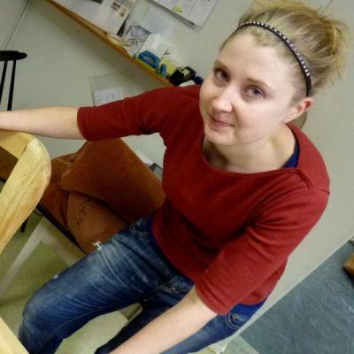 Verhoomo Vermiinan yrittäjä Miina Montonen-Fehrmannin seuraava työ on vanhan nojatuolin kunnostus.