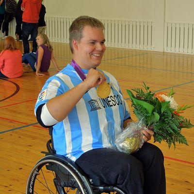 Jere Forsberg esittelee kultamitalia