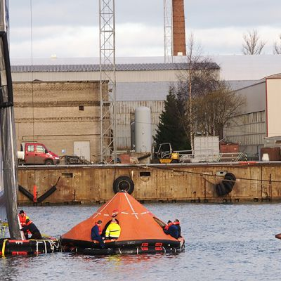 Pelastusveneitä MS Finlandian vierellä sekä ns. pelastussukka laivan kyljessä Tallinnan satamassa pelastusharjoituksen aikana.