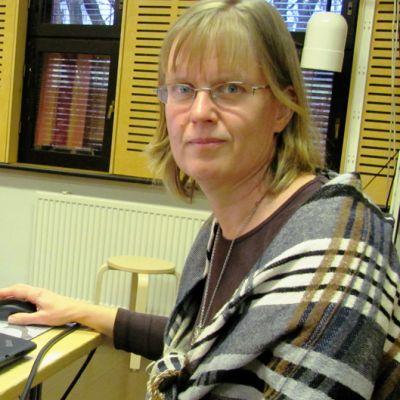 Nainen tietokoneella.