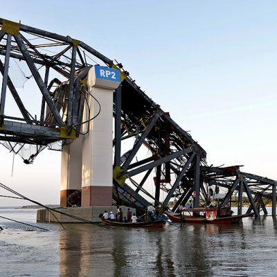 Rakenteilla ollut ja maanjäristyksessä romahtanut Yadanatheinkha-silta.