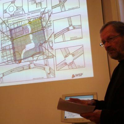 Konsultti Björn Silfverberg esittelee Tampereen keskustan kehäkadun karttaa.
