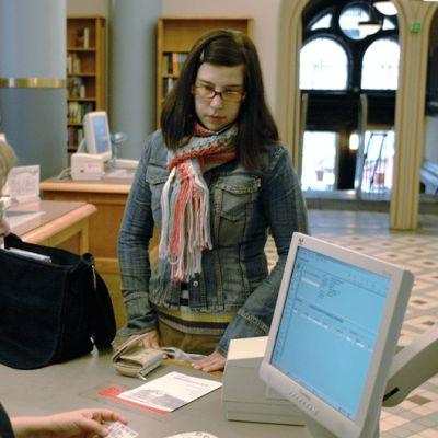 Kirjastonhoitaja ja asiakas Richardinkadun kirjastossa Helsingissä.