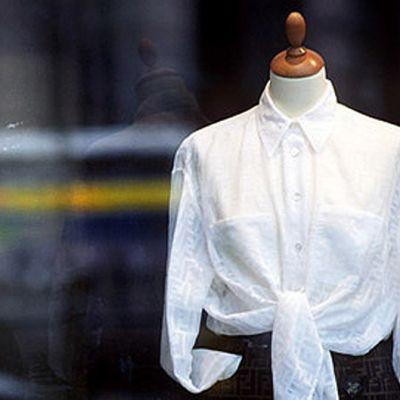 Vaatteita kaupan näyteikkunassa.