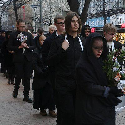 Opiskelijat kulkeavat surukulkueessa mielenosoituksessa