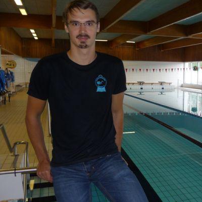 Vapaasukeltaja Mikko Pöntinen uima-altaan reunalla.