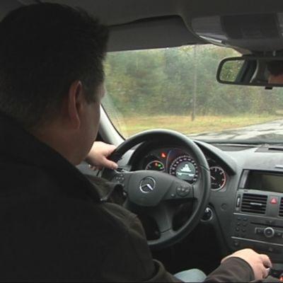 Liikenneopettaja Jouni Laitinen ajaa harjoitusradalla.
