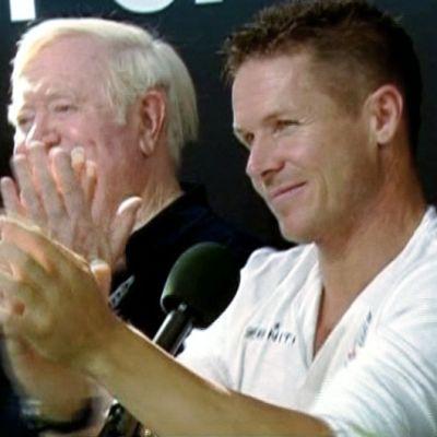Felix Baumgartner (oik.) lehdistötilaisuudessa ennätyshyppynsä jälkeen.
