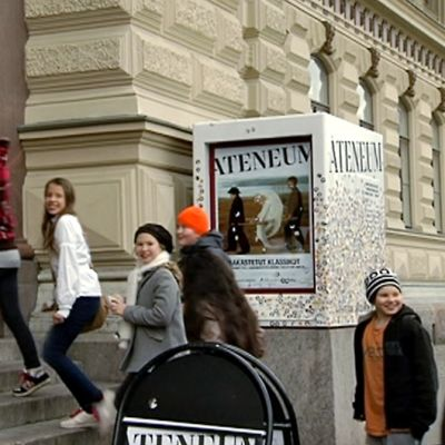 School students entering Ateneum Art Museum.