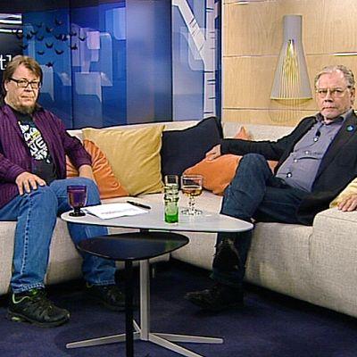 Ihmisiä Aamu-tv:n studiossa.