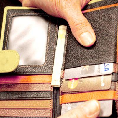 Luottokortteja lompakossa.