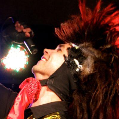 Sami Kosola esittää Kingikukkoa 80-luvun rock-klassikoihin perustuvassa näytelmässä.