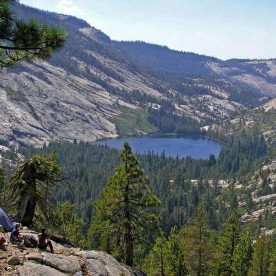 Kuva Yosemiten osittain kallioisesta ja osittain metsäisestä vuoristomaisemasta.