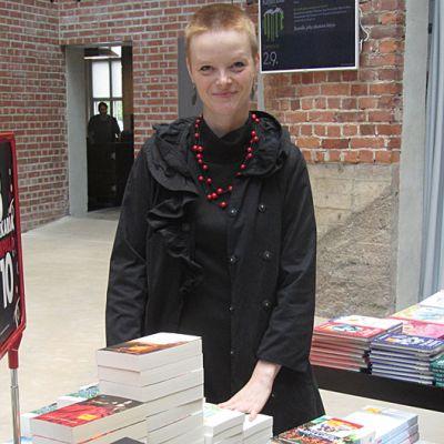 Kirjan aika tapahtumassa on Verkatehtaan lasipihalla myös oma kirjakauppa. Päivi Haanpää kuvassa