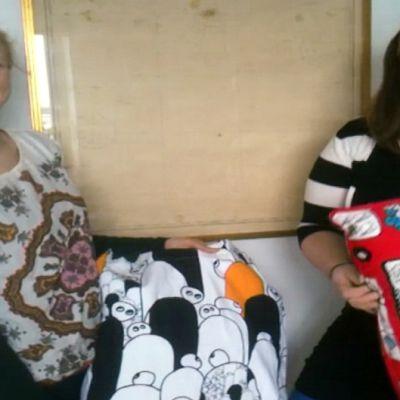 Kaksi naista tyynyjen kanssa.