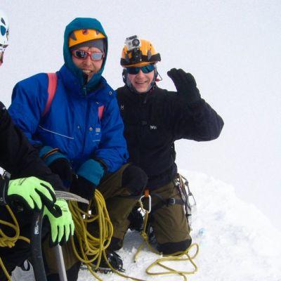 Rehtori Jukka Tammisuo, Jukka Siitonen ja Tommi Närhi Ruotsin korkeimman vuoren huipulla.