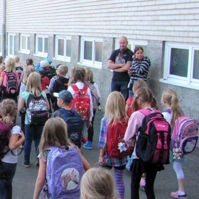Lapsia Tuomelan koulun pihamaalla