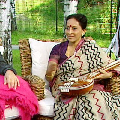 Intialaisen karnaattisen musiikin maailmantähti Bombay Jayashiri (vas.) ja säveltäjä-kirjailija Eero Hämeenniemi Aamu-tv:n vieraana.