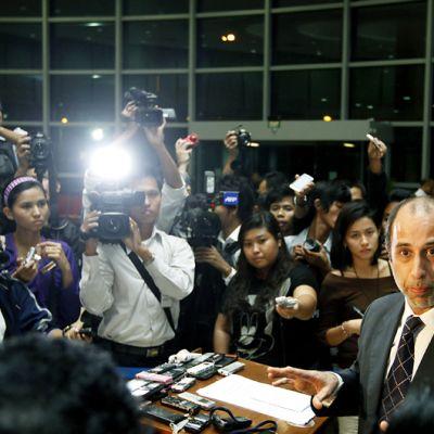 YK:n erityislähettiläs Tomas Ojea Quintana (kuvassa oikealla) puhui lehdistötilaisuudessa Myanmarissa 4. elokuuta.